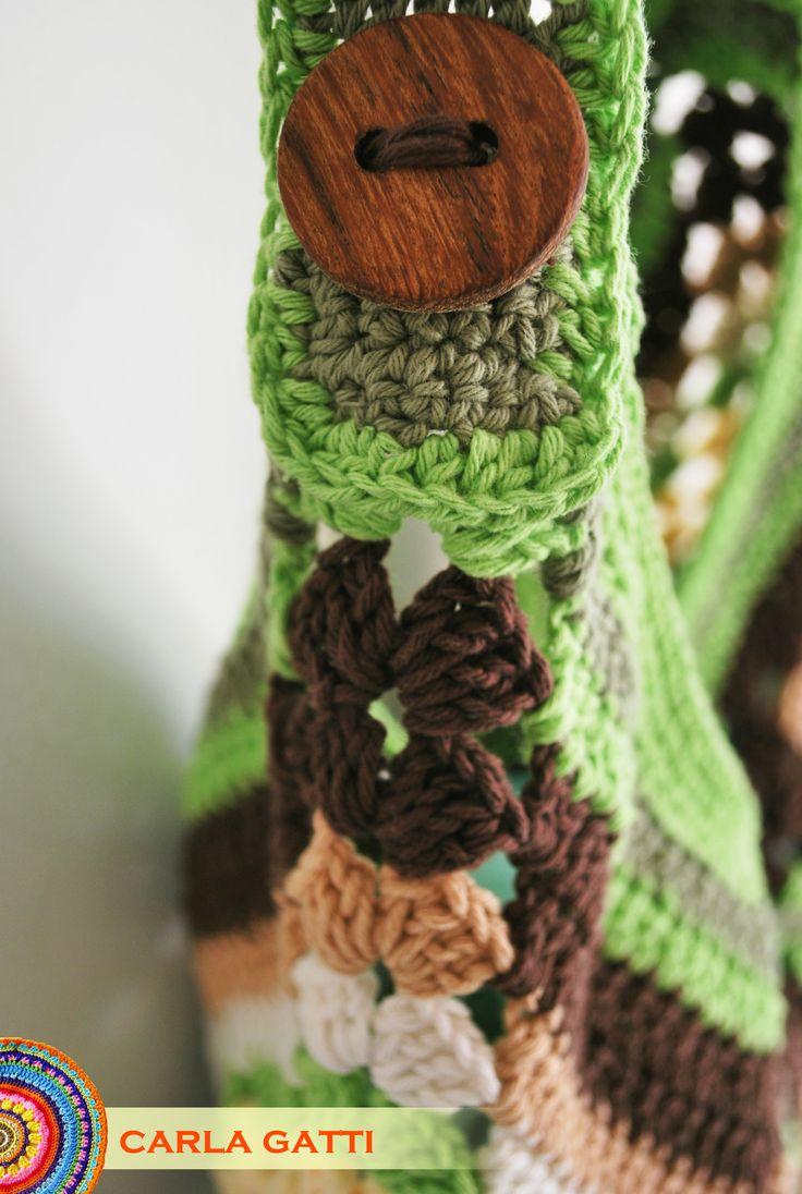 Cartera tejida en crochet con cuadrados granny con hilo rústico en colores tierra y verde, con detalle de botones de madera. Por consultas comunicate conmigo, visitando mi blog: carlagatti.blogspot.com.ar y mi Facebook: Carla Gatti Patagonia Tejidos