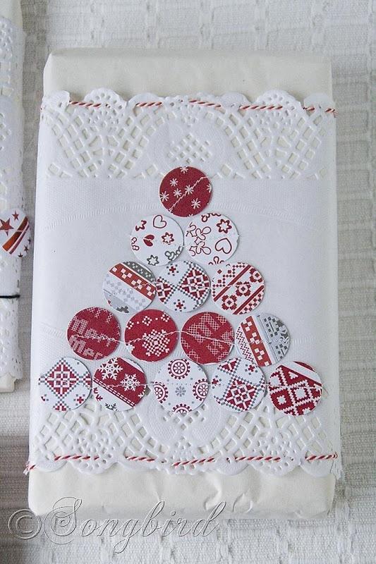 Aprovechando papel con motivos navideños y una blonda de repostería mira que envoltorio más chulo. #Regalos #Navidad
