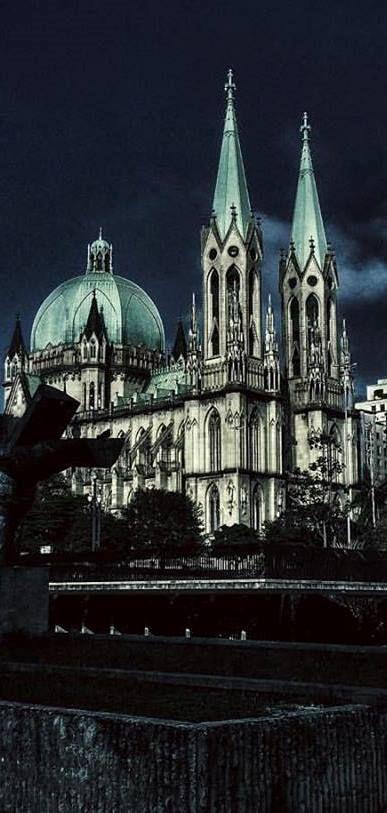 Com os trabalhos iniciados em 1913, a Catedral da Sé levou quatro décadas para ficar pronta e se tornar a maior referência da arquitetura neolítica do país. Com todos os seus adornos e mosaicos italianos, é a principal referência católica da capital.