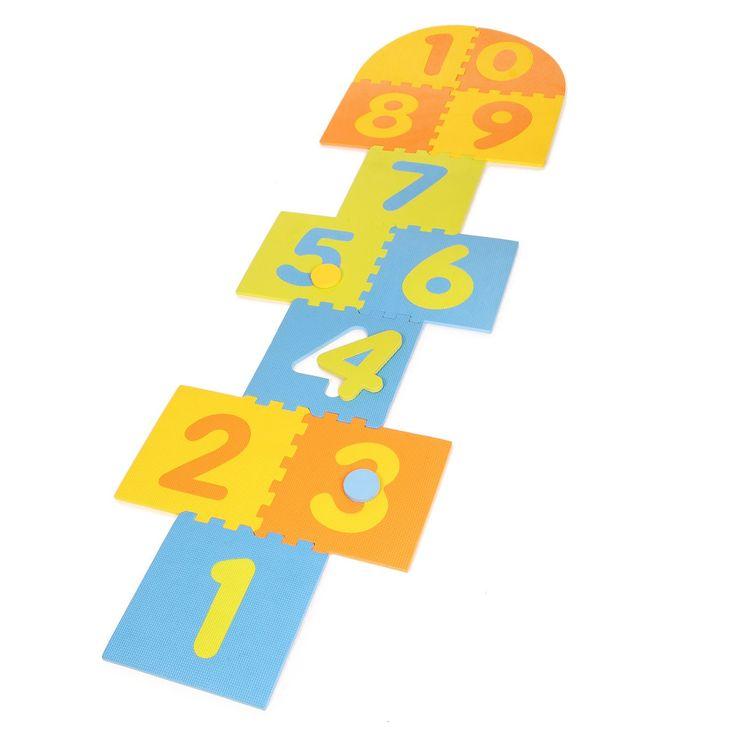 Wie heeft het niet gedaan? De tegels gebruiken als springparcours. Nu kun je samen met je vriendjes van nummer 1 naar nummer 10 springen op schuimplaten. Dit kan heerlijk in het zonnetje, of binnen als het regent. De schuimplaten zijn makkelijk in elkaar te puzzelen en zorgen ervoor dat je zacht landt. Op deze manier verbeter je spelenderwijs je balans en coördinatie vaardigheden. Afmeting: schuimplaat 27 x 27 cm - Hinkelmat Foam