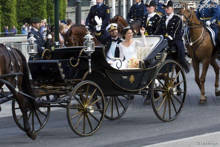 Les mariés en calèche - Mariage du prince Carl Philip de Suède et Sofia Hellqvist à Stockholm le...