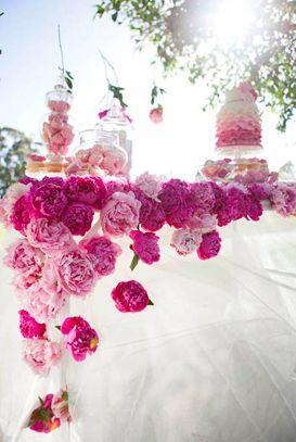 Printemps. Jouer sur la tendance Fushia en créant un tapis de fleurs ...