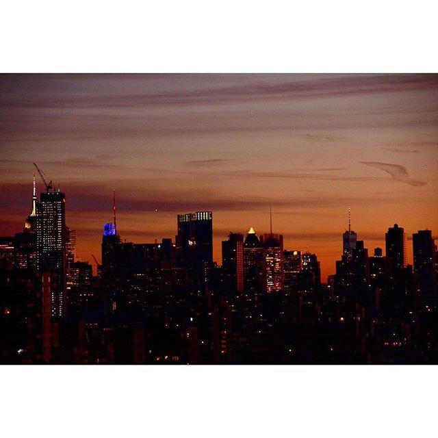 Instagram【uwsharu】さんの写真をピンしています。 《Viewing Midtown and Lower Manhattan from Upper West Side after sunset サンセット後マンハッタンの上の方からミッドタウン&グラウンドゼロ方面を撮影。 #nikontop #nikond7100 #yakei_luv #nikonphotography #nikon_owners #sunset #cityview #nightview #newyorkcity #newyorkskyline #skyline #sunsetlovers #tokyocameraclub #newyork_instagram #写真好きな人と繋がりたい #写真撮るのが好きな人と繋がりたい #ファインダー越しの私の世界 #ニコン #一眼レフ初心者 #ニューヨーク #夜景 #dslr #highrise #city #cityview #newyorkcity》