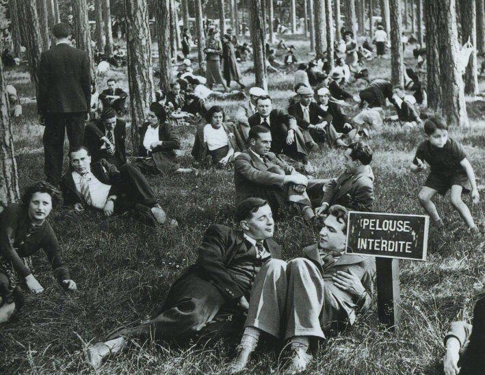 Un beau jour, vers 1936, les gens envahissent une pelouse du Bois de Boulogne. OK, c'est interdit, mais tout ça reste correct...