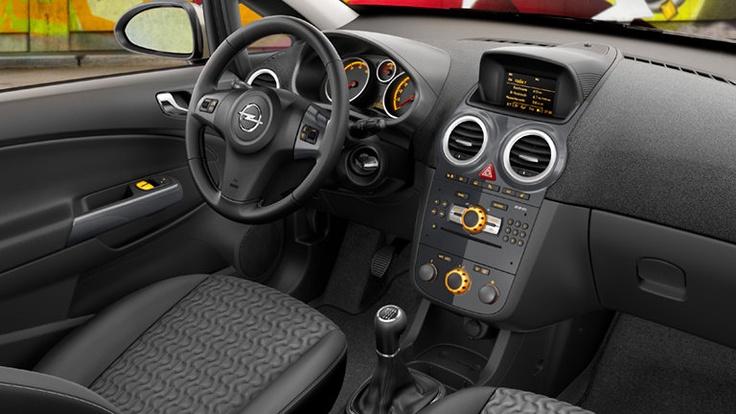 Opel Corsa 5 puertas, interior. Aire Acondicionado - Alzavidrios eléctricos delanteros - Cierre Centralizado - Columna de dirección con ajuste de altura manual - Control de radio al volante - Radio con CD player y MP3 con conexión auxiliar (AUX) frontal  Sistema de audio con 7 parlantes