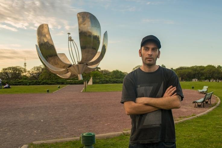 Gustavo junto a un  emblema de Buenos Aires