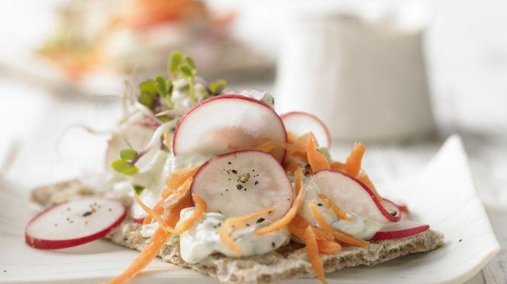 Herzhafter Snack für Kalorienbewusste: Knäcke mit Gurkenquark und Radieschensprossen   http://eatsmarter.de/rezepte/knaecke-gurkenquark