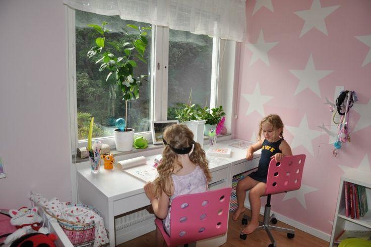 Lagom till skolstart och en ny era med läxor så har jag köpt nya skrivbord från IKEA till barnen. Det är skrivbordet Micke, två olika versioner som jag har ställt ihop till ett långt med plats för två. Barnen… Continue Reading →