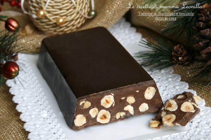La ricetta facile e veloce per realizzare un torrone al cioccolato e nocciole in casa con un risultato eccezionale,provare per credere! Crea dipendenza: