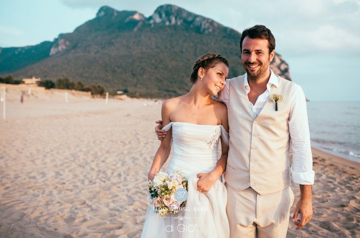 Un matrimonio magico, al tramonto, sulla spiaggia di Sabaudia. |  Ph: Elopement wedding photographer - Maison Pestea | #sposaveraroma #ateliersposa #atelierdigio #bridaldress | lesposedigio.com