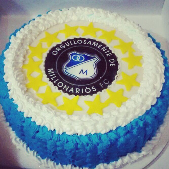 Para los amantes del fútbol: Torta de Millos rellena de frutos rojos y picos de chantillí. - #SoSweet #PasteleríaArtesanal #Millonarios #Tortas #Bogotá #Repostería #FoodPorn #DessertPorn #Cakes