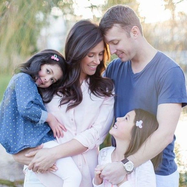 Outdoor family photos, what to wear family photos, natural pose, lifestyle photography