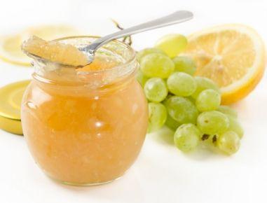 Für die Weintraubenmarmelade die Weintrauben mit kaltem Wasser abspülen. Etwas Wasser in einem Topf erhitzen, die Weintrauben dazugeben und