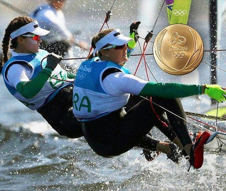 Nossas meninas da vela classe 49er FX fizeram bonito e conquistaram nossa primeira medalha na vela feminina. E de OURO! A disputa foi emocionante e as duplas da Nova Zelândia e da Itália elevaram o valor desta da conquista das nossas guerreiras: Martine Grael e Kahena Kunze. Meninas de ouro PARABÉNS!!!! @olhardemahel #rio2016 #olimpicgames #olimpiadas2016 #jogosolimpicos #olimpiadas #medalhadeouro #ouro #OlhardeMahel #gold #goldmedal #medalhista #esporteolimpico #vela #esporte #esportista…