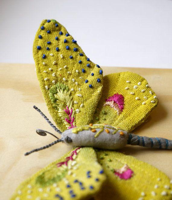 Ce petit papillon jaune est environ de 3 1/2 pouces de hauteur, 6 pouces de large et fabriqués à partir de tissu de coton. Leurs ailes et le corps sont peints à la main et brodées avec des détails à la main. Monté sur 6 « x 6 » naturel fini la boîte en bois avec crochet en métal à larrière pour accrocher.