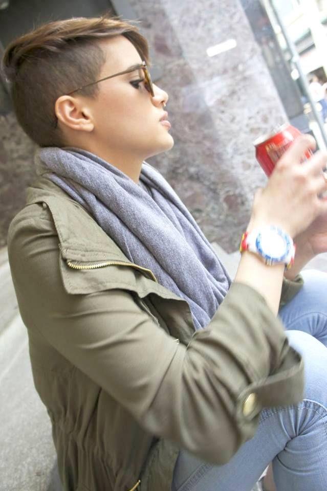 mulheres de cabelo rapado : Photo
