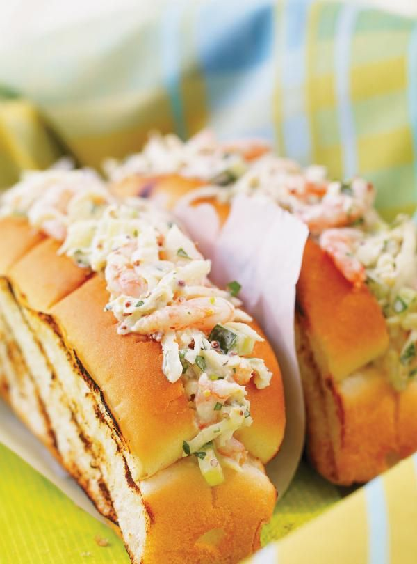 Recette de guédilles aux crevettes et au céleri rémoulade de Ricardo. Recette de poisson rapide et de saison. Mélanger la crème sure, la moutarde, l'huile et l'ail. Griller les pains et y répartir la garniture aux crevettes.