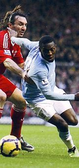 Liverpool 2 Man City 2 in Nov 2009 at Anfield. Shaun Wright Phillips makes himself room for a run down the line #Prem