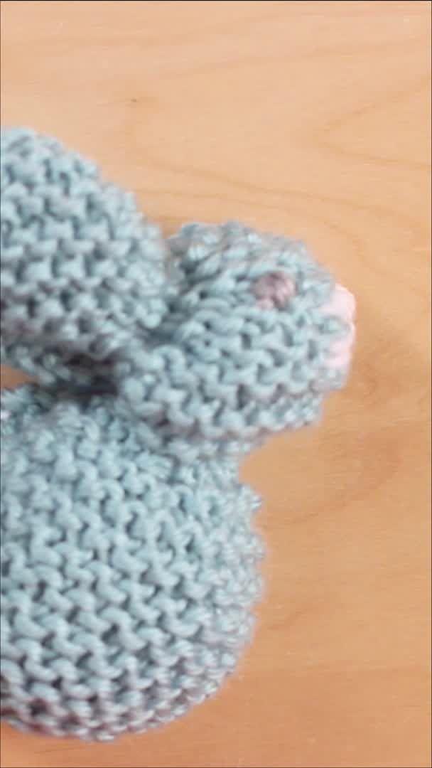 Wie man einen Hasen von einem Quadrat auf YouTube strickt   – Video Tutorials from Studio Knit
