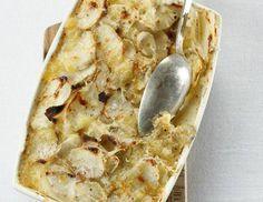 Für das Topinambur-Gratin Topinambur-Knollen schälen, in dünne Scheiben schneiden und mit Wasser bedecken. Eine ofenfeste Form mit Butter ausfetten