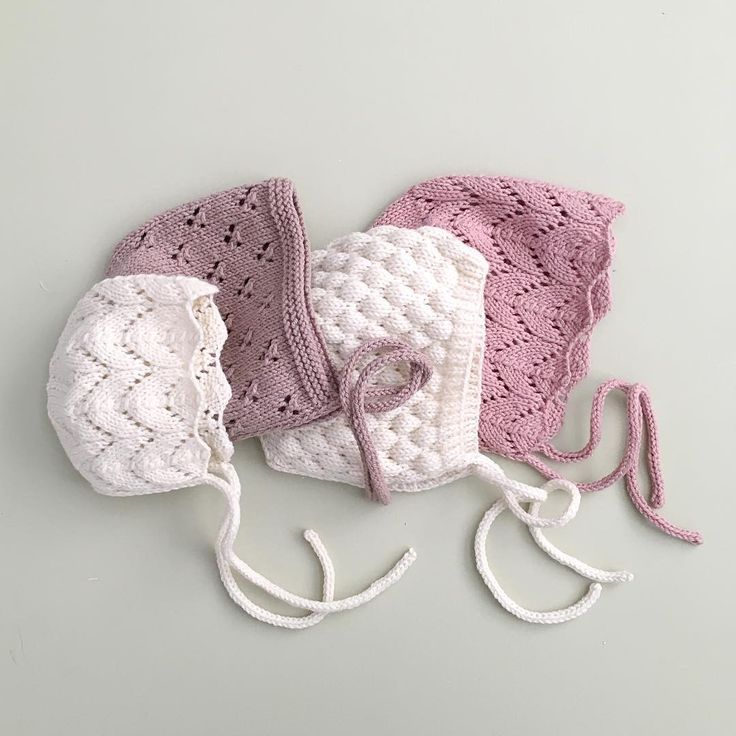 Beautiful lace baby bonnets by littlepineoutfitters. Left to right, smallest to largest: horseshoe lace, trefoil eyelet lace, bubblewrap stitch [how to: http://www.knittingstitchpatterns.com/2015/09/3d-bubbles.html], horseshoe lace again. Adorable!!
