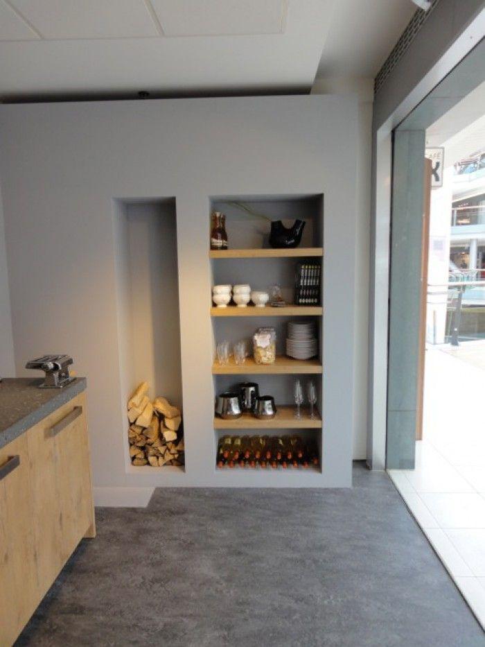 Mooie kleur grijs op de muur. Mat en toch warm door de combinatie met hout.