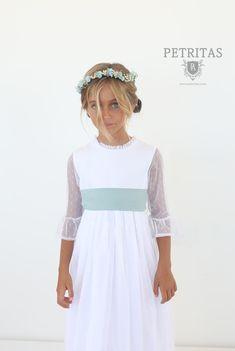 Vestido de comunión con tejido plumetti blanco. Combinalo con los complementos …