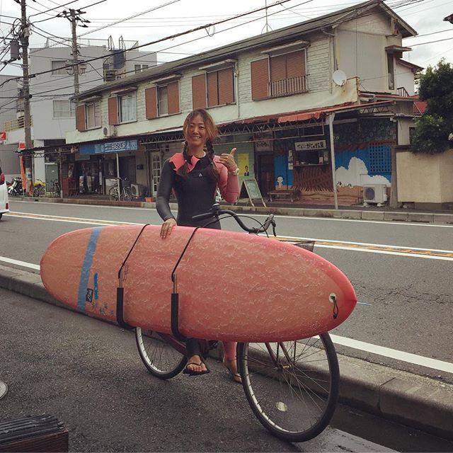【waterdoor_surf】さんのInstagramをピンしています。 《クラブ員サーファー ピンクにマイボードの可愛さにも負けない、 いつもニコニコ元気なさっちゃん❤️ . サーフィンスクールトリップには 欠かさず参加しており、 上達の早さ・サーフィンへの熱はピカイチ☆ . そして私服がいつもお洒落 サーフスタイルのお手本になるので 気になる女の子は、さっちゃんに会いに来て下さいね笑 . 今日の湘南は波は小さいですが、 ロングボードで充分に練習出来ます! . #surf#surfing#surfshop#surfer #surfergirl##longboard #sea#beach#wave#japan #shonan#enoshima #湘南#江ノ島#片瀬江ノ島#サーフィン #サーフショップ#サーファー #サーファーガール#ロングボード #波乗り#海#波 #ウォータードア #waterdoor》