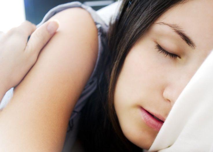 Wenn du oder deine Liebsten Probleme beim Einschlafen haben, helfen diese Kräuter im Abendtee oder im Duftkissen!