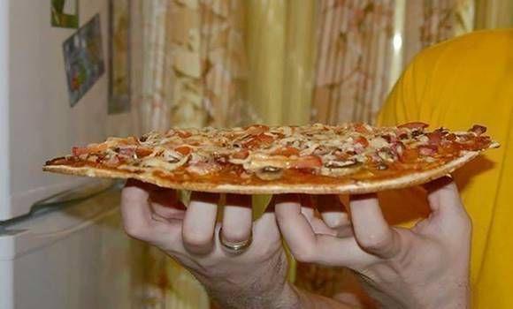 Itt az új szuper vékony házi pizzalap! Nem kemény, omlós és isteni íze is van!