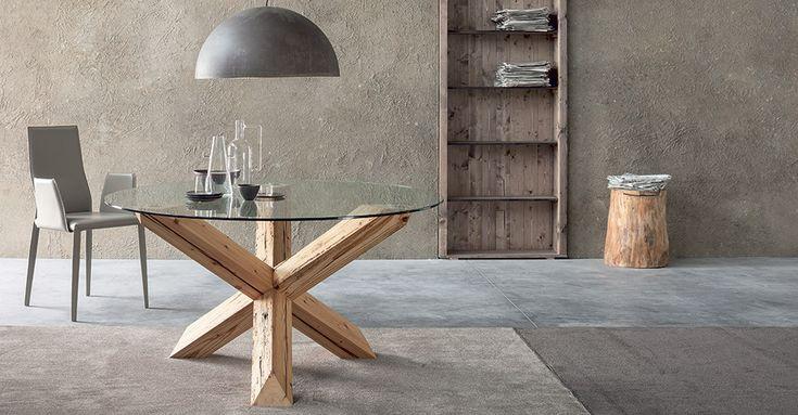 Un accostamento inedito ed elegante per TRAVO di SEDIT: struttura a travi incrociate di legno di recupero e piano in vetro trasparente. #arredamento #tavoli #legno #interiordesign #vintage