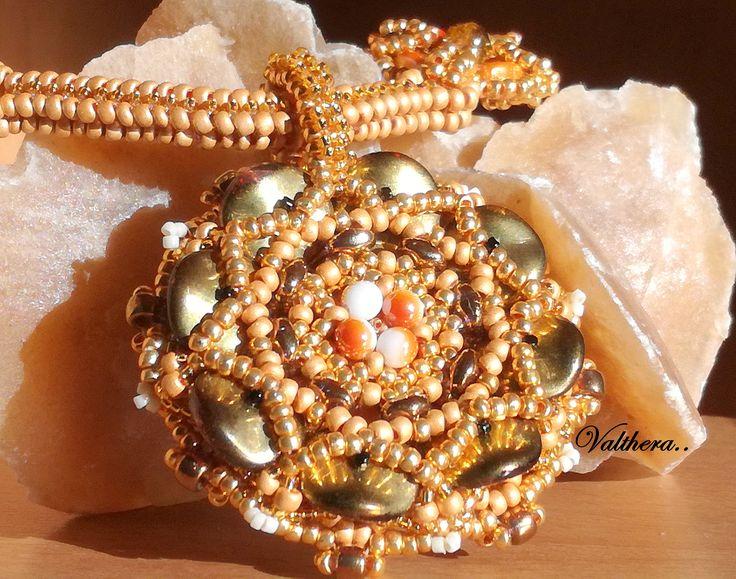 Náhrdelník ušitý z rokajlu, preciosy, korálků ripple..