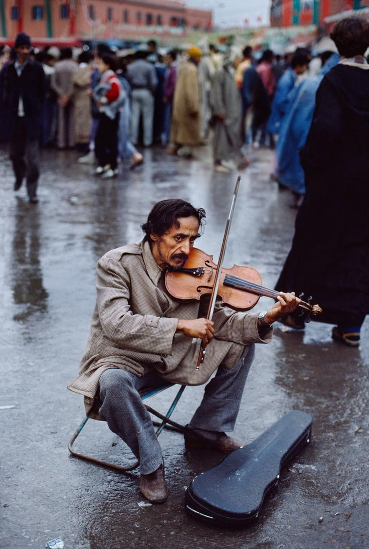street musician playing the violin, Marrakech, Morocco, photo by Steve McCurry