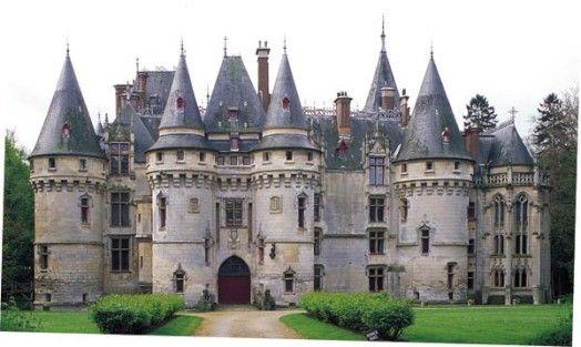 Le château de Vigny est acheté par le cardinal Georges Ier d'Amboise en 1504. Le cardinal fait construire l'actuel château sur l'emplacement du manoir des anciens seigneurs. L'édifice passe successivement au connétable de Montmorency en 1555, aux Rohan en 1694 et, en 1867, au comte Philippe Vitali qui le fait restaurer et même en partie reconstruire par l'architecte Charles-Henri Cazaux. Le donjon carré et la chapelle datent de cette époque.