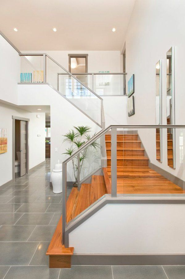 garde-corps en verre, escalier en bois laqué et ambiance blanche