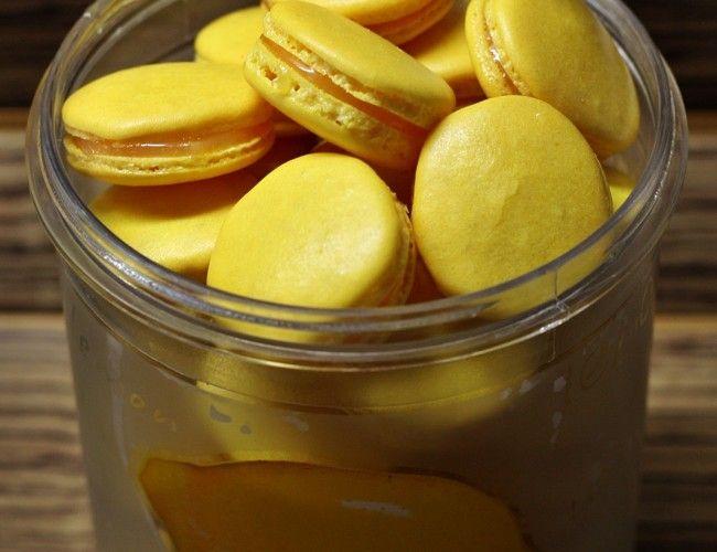 Citronové macarons, krok 16: Slepené je necháme v lednici minimálně do druhého dne, aby se chutě propojily a skořápky získaly trochu vláčnosti díky náplni.