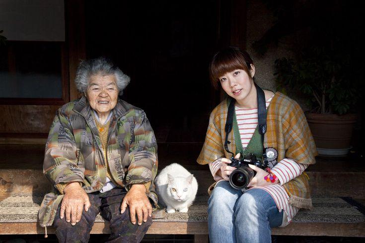 """Gatos Famosos: Conoce a Fukumaru the cat and Misao the big mama homeroelgato November 4, 2015 0 En esta ocasión te traemos unas hermosas imagenes que retratan la amistad y la historia entre una señora mayor y su hermoso gato .Todo comenzo hace 12 años,cuando Miyoko Ihara comenzó a tomarles fotos a su abuela,Misao. Miyoko deseaba dejar """"constancia de la vida de su abuela"""""""