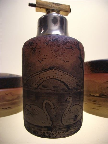 P. Jost voor Verrerie Dolhain - 3-Delig Art Deco glazen toiletstel  Hele Fraaie parfumset door Pierre Jost voor de verreries Dolhain uit Luik (Liege).Elk stuk is getekend met P.Jost.Verreries Dolhain heeft tot 1930 geproduceerd en is daarna gesloten wegens de crisis.Geen enkele schade aan de stukken .Bekijk de vele foto'sU moet enkel een pompje voorzien aan de parfumfles.Zeer moeilijk te vinden set.Word veilig verpakt verzonden .  EUR 2.00  Meer informatie