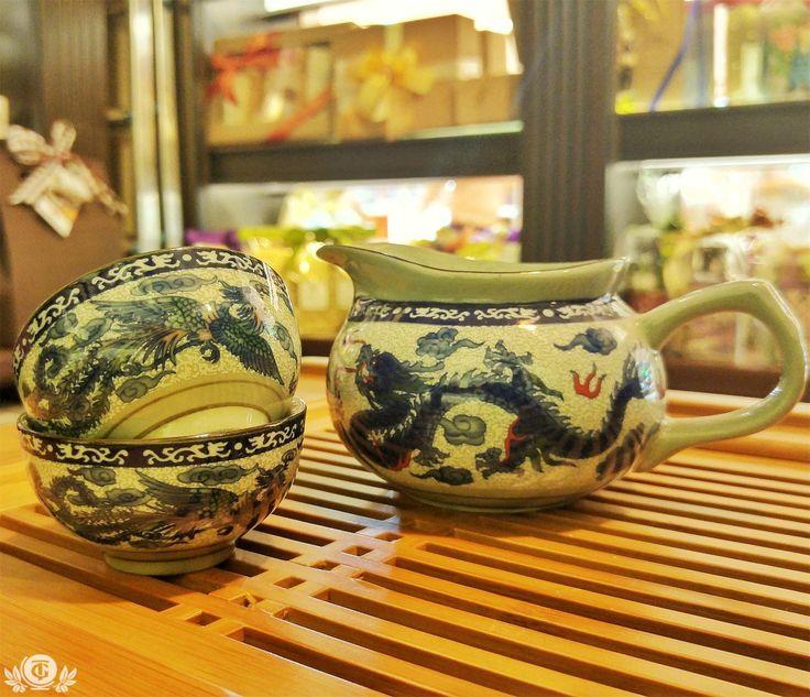 ЧАХАЙ Чахай (茶海) в переводе с китайского означает море чая. Является неотъемлемым атрибутом чайной церемонии Гун Фу Ча и традиционной чайной дегустации Пин Ча. На Тайване чахай называют Гунн Дао Бей, что переводится как чаша справедливости. Тайваньцы и китайцы считают, что данный сосуд позволяет максимально равномерно распределить настой  по пиалам. Если сливать чай сразу из чайника или гайвани в чашку, то один человек получит более слабый настой, а последнему достанется чай с самого дна…