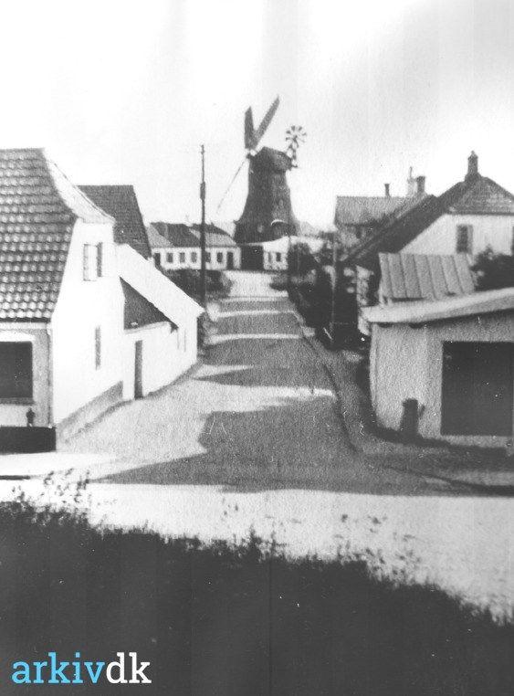 arkiv.dk | Møllegade, Jelling, set fra Gormshøj og mod syd.