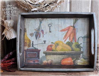 `Кантри` поднос. Пучки ароматных трав, вязанки сушёных грибов и луковые косички висят на гвоздях, вбитых в рассыхающиеся доски стен... Баночки с вареньями и соленьями на полочках, убранных льняными салфетками...
