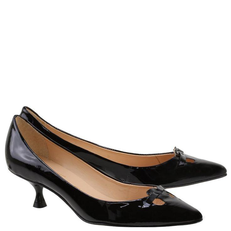 Salto Sabrina: Popularizado no início dos anos 60nos  pés de  Audrey  Hepburn no filme  Sabrina,  acabou  associado  a refinamento.  Salto  fino,  não  deve  passar dos  cinco  centímetros de  altura,  e  ter  o  cabedal  delicado.