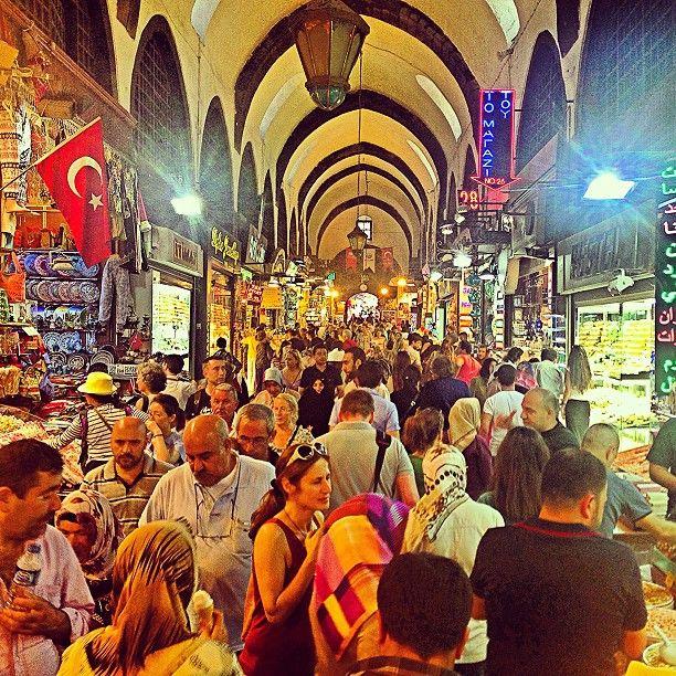 Mısır Çarşısı in İstanbul Quello che colpisce di più del #bazaregiziano sono senz'altro i colori accesi delle spezie e dei dolci esposti in abbondanza su ogni banco.