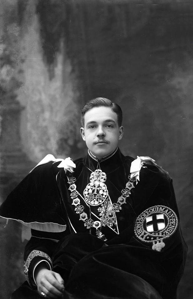 Rei D. Manuel II de Portugal com os trajes da ordem de Garter  (1909)