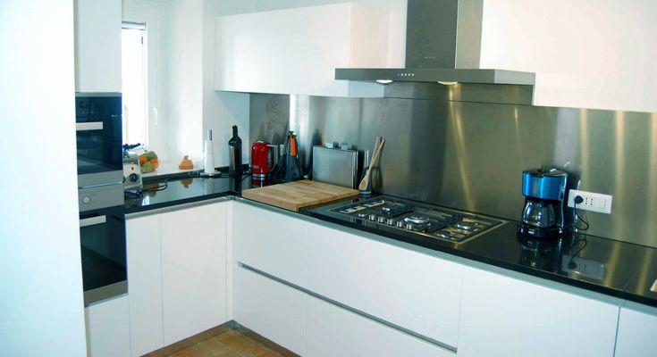 De keuken is voorzien van een 5-pits gaskookplaat, oven, magnetron, vaatwasser, koelkast met vriezer, espresso machine en verder alle andere keuken benodigdheden die u maar kunt wensen.