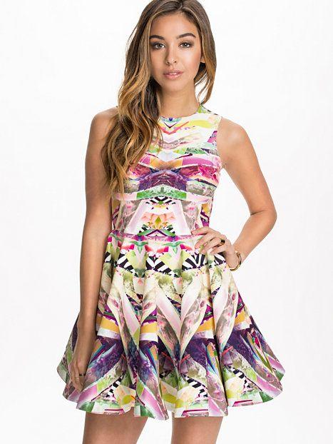 Hollie Mini Dress Skater Dresses - Spectrum fra Nelly. Om denne nettbutikken: http://nettbutikknytt.no/nelly-com/
