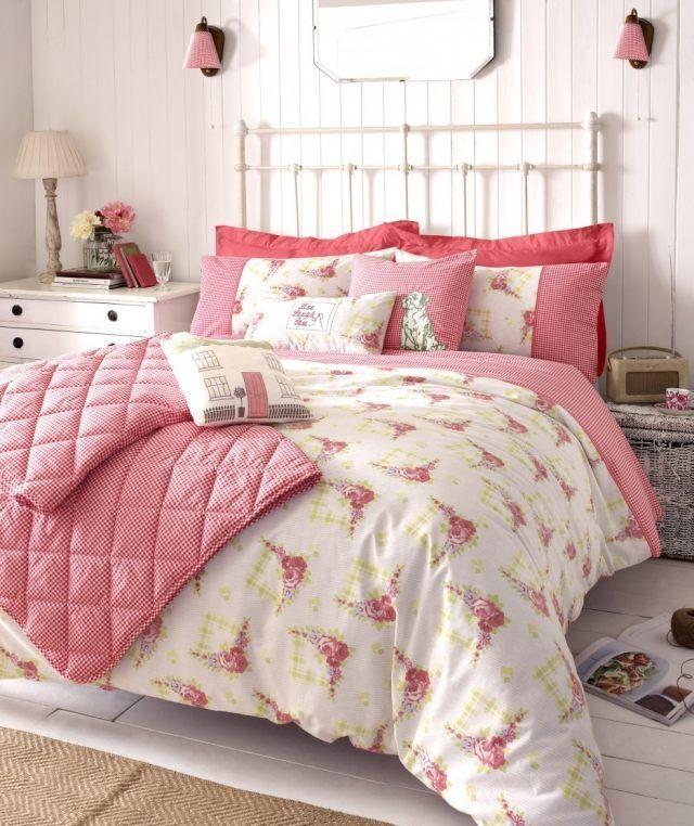 chambre à coucher de style shabby chic avec coussins et couverture