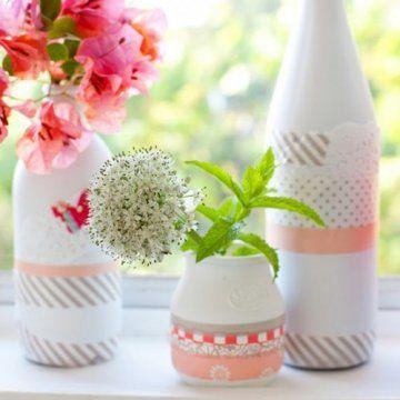 Vases blancs décorés de masking tape