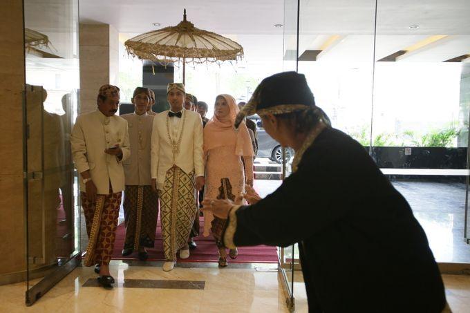 Busana adat di Indonesia terdiri dari berbagai fungsi dan karakter. Seperti busana adat dalam pernikahan adat Sunda Jawa Barat ini, busana pengantin dan pengiringnya, masing-masing berbeda. Pun dengan busana adat pembuka jalan (cucuk lampah) yakni Mang Lengser.
