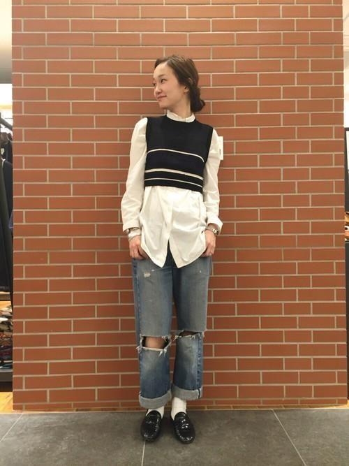 短めのベストと合わせても◎ <オーバーサイズのシャツ秋冬ファッション>